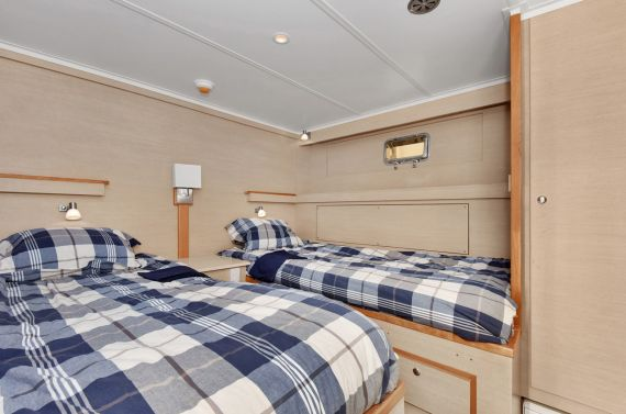 Guest cabin with 2 side-by-side berths